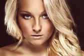Retrato de una dama con un hermoso cabello rubia — Foto de Stock