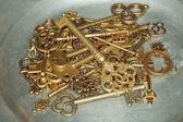Golden keys on iron plate — Foto Stock