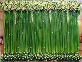 Green backdrop flowers arrangement — Stock Photo