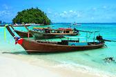 タプ島 kra bi アンダマン海で海岸でロングテール ボート — ストック写真