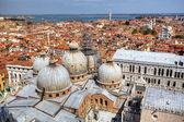 Vista a san Coloque la Catedral marco de campanille en san marco en Venecia, Italia — Foto de Stock