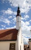 Heiligen-geist-kirche und die alte uhr. tallinn, estland — Stockfoto