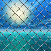 Freedom - Link fence over sunny sky and sea — Stock fotografie