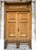 Antigua puerta de madera de la iglesia ortodoxa — Foto de Stock