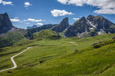 Una tortuosa strada di montagna nelle dolomiti, italia. — Foto Stock