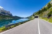 Cesta na úpatí hory marmolada - itálie. — Stock fotografie