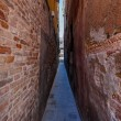 Narrow passage in Venice — Stock Photo