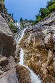 Córrego da montanha formando uma pequena cascata — Foto Stock