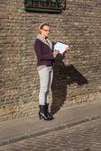 Businesswoman standing on a historic street — Stockfoto