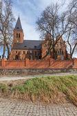L'église historique de briques rouges et le cimetière — Photo