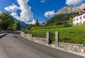 Strada tortuosa, montagna - dolomiti, italia — Foto Stock