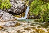 Torrente forma una cascata — Foto Stock