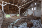 Interni di un decadente, vecchio fienile — Foto Stock