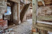 古い、腐敗の納屋の内部 — ストック写真