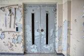 电梯在废弃的医院 — 图库照片