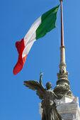 意大利国旗对蓝色天空 — 图库照片