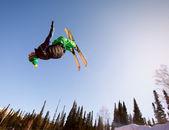 跳跃滑雪者 — 图库照片