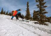 Talla snowboarder haciendo a un lado del dedo del pie — Foto de Stock