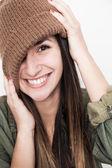 Jovem mulher sorridente rosto com chapéu marrom — Fotografia Stock