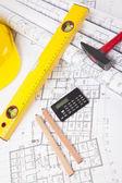 красный молоток и строительство инструмент с архитектурный чертеж — Стоковое фото