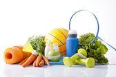 Comida sana y equipamiento deportivo aislado en blanco — Foto de Stock