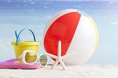 Яркие пляжные аксессуары, на фоне синего моря — Стоковое фото