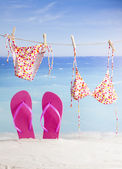 Wiszące na tropikalnej plaży bikini — Zdjęcie stockowe