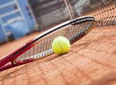 Tennisschläger und bälle auf dem tennisplatz ton hautnah — Stockfoto