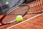 Close up van tennis racket en balletjes op de klei-tennisbaan — Stockfoto