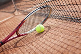 Close up of tennis racquet and balls on the clay tennis court — Stock Photo