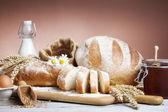 Ekmek bread.various ekmek ve demet buğday kulak natürmort. — Stok fotoğraf