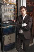 Ingeniero senior de red en la sala de servidores — Foto de Stock