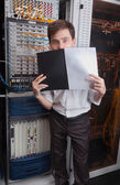 Nätverken ingenjören i serverrum — Stockfoto