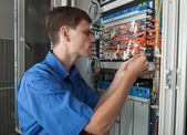 Senior network engineer im serverraum — Stockfoto