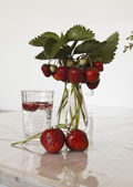 Bouquet with strawberries — Stock fotografie