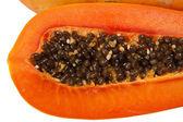 Corte mostrando las semillas de papaya — Foto de Stock