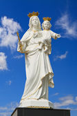Virgin Mary (Mother Mary) with Baby Jesus on blue sky — Stock fotografie