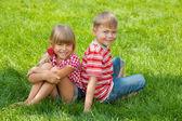 Szczęśliwy kids na trawie — Zdjęcie stockowe