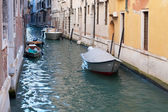 Båt i kanal i venedig — Stockfoto