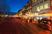 Pequeños cafés de nyhavn en la noche — Foto de Stock