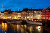Barcos en el puerto de nyhavn en la noche — Foto de Stock