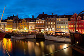 Boats at the harbor in Nyhavn at night — Foto Stock