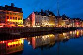 Edificios antiguos en nyhavn en la noche — Foto de Stock