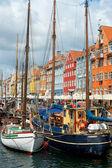лодки в гавани в nyhavn — Стоковое фото