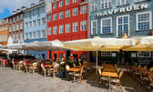 Pequeños cafés de nyhavn en la mañana — Foto de Stock