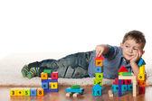 Gra na dywanie chłopczyk — Zdjęcie stockowe