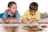 Dos niños dibujo sobre papel — Foto de Stock