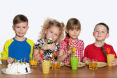 Children celebrate a birthday at the table — Stok fotoğraf