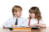 Leggono i bambini presso il desk — Foto Stock