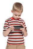 Nadenkend jongen met een smartphone — Stockfoto